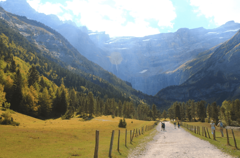 Trail at the start of the hike: Cirque de Gavarnie in the French Pyrenees